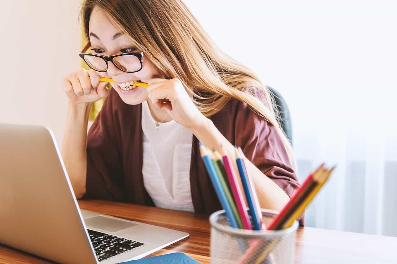 девушка учится онлайн думали